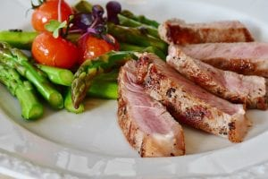 Tuna with tomatoes and asparagus